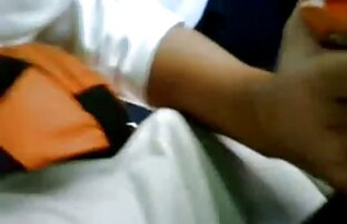 ორი შიშველი მოყვარული გოგო რუსები, სიყვარული, დაამარცხა კაცი ტანსაცმელი ხელში.